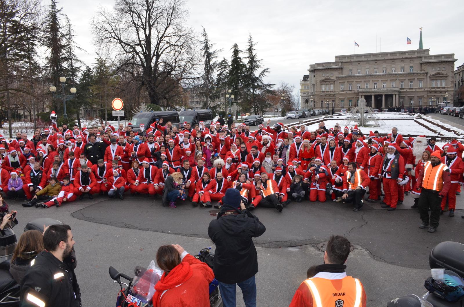 okupljeni moto deda mrazevi ispred skupštine 2018