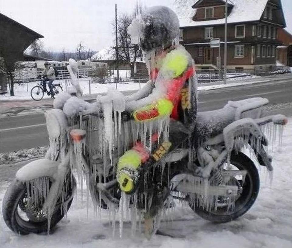 smrznut motocikl