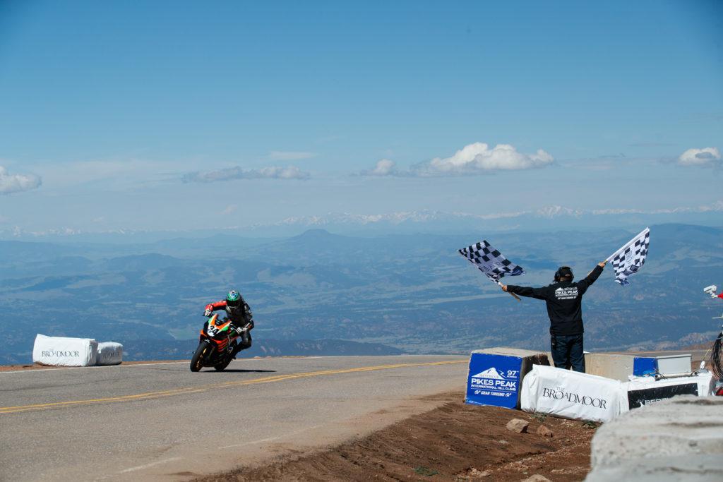 Aprilia Tuono 1100 odnela pobedu na Pikes Peak